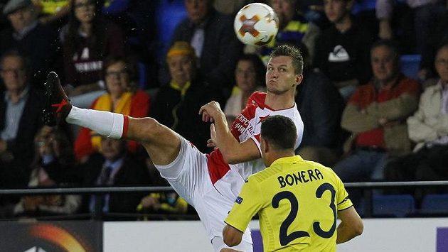 Slávistický útočník Tomáš Necid se snaží zakončit, brání mu Daniele Bonera z Villarrealu.