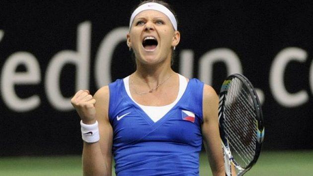 Vítězné gesto Lucie Šafářové po triumfu nad australskou favoritkou Samanthou Stosurovou.