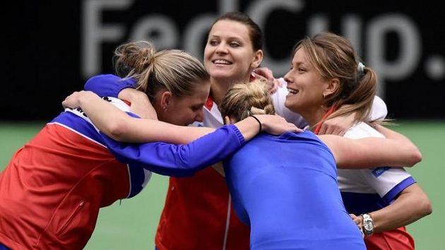 České tenistky (zleva): Karolína Plíšková, Lucie Šafářová, Petra Kvitová a Barbora Strýcová oslavují vítězství v semifinále Fed Cupu.