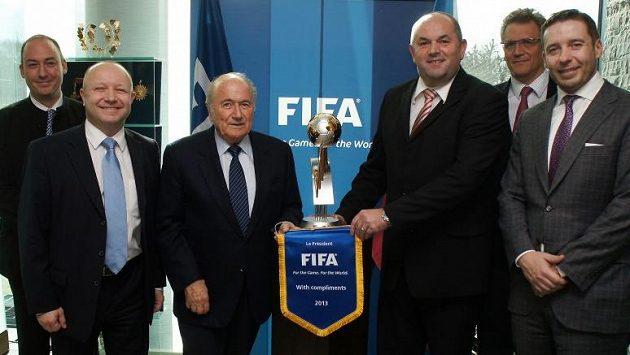 Jerome Valcke (druhý zprava) na archivním snímku z jednání zástupců FIFA a FAČR. Dále na snímku jsou (zleva): Jaime Yarza, Petr Fousek, Sepp Blatter, Miroslav Pelta, Dušan Svoboda.