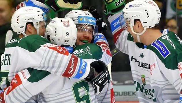 Hráči Karlových Varů se radují z gólu, druhý zprava jeho autor Tomáš Rachůnek.
