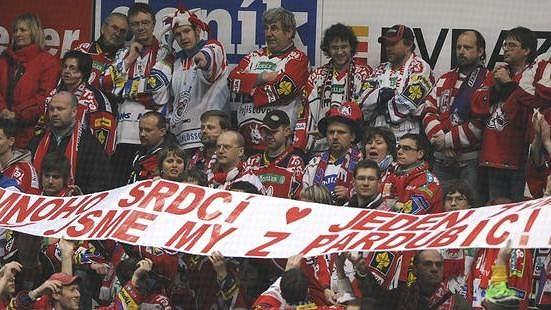 Fanoušci hokejistů Pardubic na utkání v Ostravě