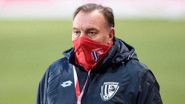Trenér Pardubic Jaroslav Novotný během utkání na hřišti Slavie.
