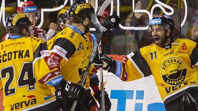 Hokejisté Litvínova se radují z branky.