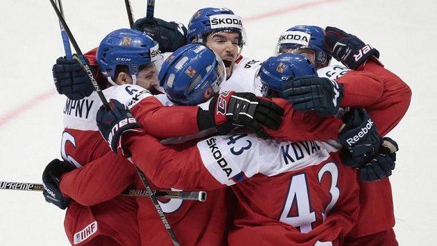Radost českých hokejistů. I v utkání se Švédy urvali vítězství.