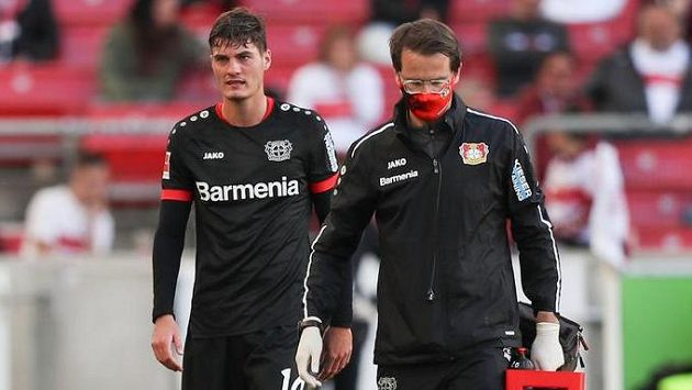 Zraněný útočník Leverkusenu Patrik Schick po vystřídání během duelu s VfB Stuttgart.