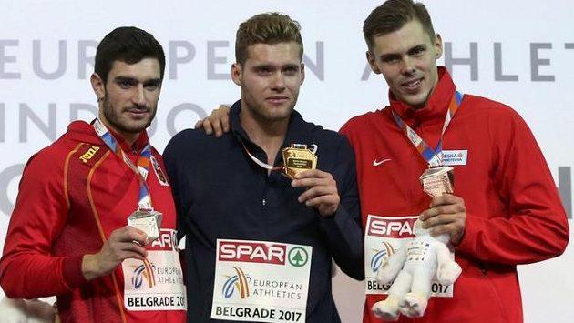 Adam Sebastian Helcelet (vpravo) vybojoval na halovém ME bronz v sedmiboji. Z vítězství se těšil Francouz Kevin Mayer (uprostřed), druhý byl Španěl Jorge Ureňa.