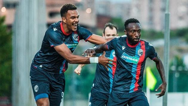 Střelec prvního gólu Joel Kayamba (vpravo) oslavující se svými spoluhráči.