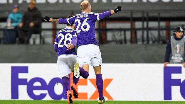 Fotbalisté Austrie Vídeň se v Evropské lize radují z gólu proti AR Řím.