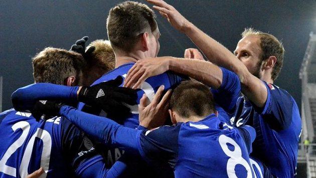 Fotbalisté Olomouce se radují z výhry nad Slováckem.