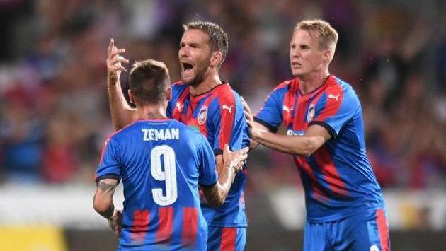 Plzeňský Marek Bakoš se raduje z gólu proti Larnace. Vlevo Martin Zeman, vpravo David Limberský