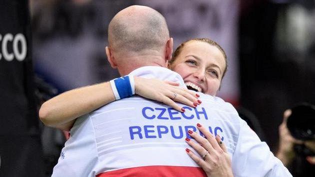 A jsme tam! Petra Kvitová oslavuje s Petrem Pálou postup do semifinále.