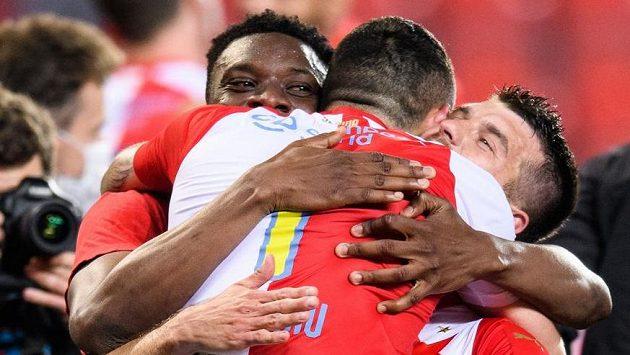 Fotbalisté Slavie Praha Ibrahim Traoré, Nicolae Stanciu a Ondřej Kúdela oslavují zisk mistrovského titulu.
