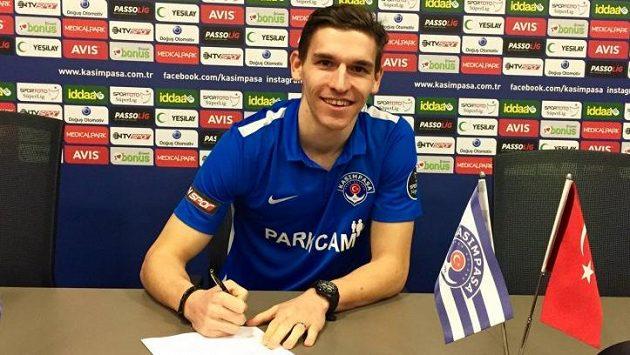 David Pavelka při podpisu přestupu do turecké Kasimpasy.