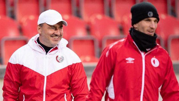 Trenér Slavie Praha Jindřich Trpišovský (vlevo) během tréninku před utkáním Evropské ligy.