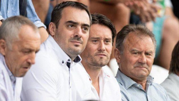 Tomáš Rosický (druhý zprava) sleduje utkání Bohemians - Sparta mezi svým otcem (vpravo) a Adamem Kotalíkem.