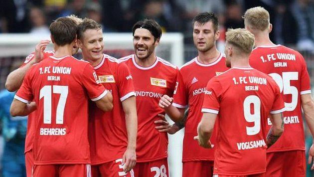 Fotbalisté Unionu Berlín se radují z branky