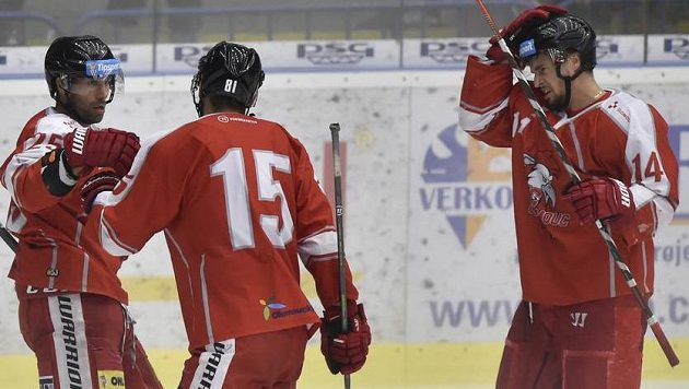 Hokejisté Olomouce se radují z gólu.