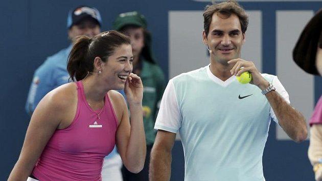 Španělská tenistka Garbiňe Muguruzaová (vlevo) po boku Rogera Federera v Brisbane.