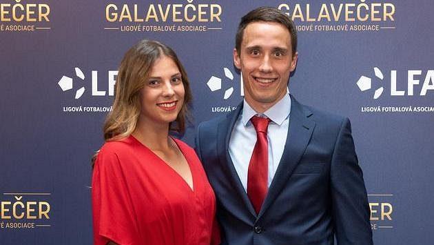 Davis Ikaunieks s partnerkou během Galavečera LFA.