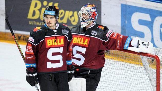 David Tomášek ze Sparty Praha a brankář Alexander Salák v utkání semifinále play off Tipsport extraligy.