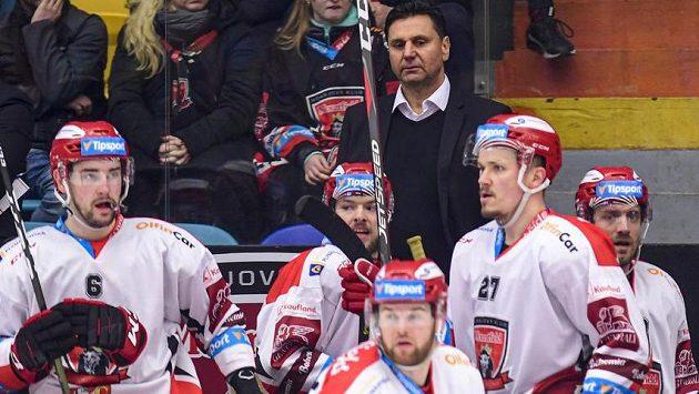 Kouč Vladimír Růžička na střídačce hokejistů Hradce Králové.