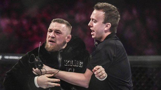 Puste mě. Víte, kdo já jsem? Conor McGregor v Dublinu přestřelil, když jako fanoušek skočil do klece. Po pár dnech se omluvil.