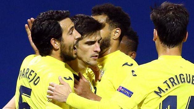 Fotbalisté Villarrealu se radují z branky