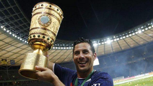 Claudio Pizarro s trofeji po nedávném vítězství Bayernu ve finále Německého poháru.
