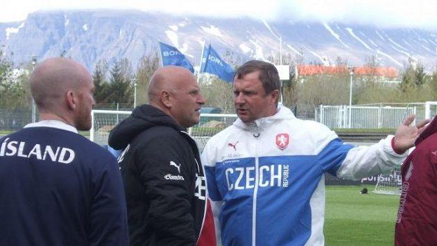 Nechtějí nás pustit na celé hřiště! Trenér Pavel Vrba (vpravo) v živé debatě s manažerem náodního týmu Dušanem Fitzelem během tréninku v Reykjavíku.
