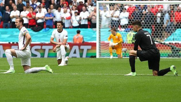 Angličtí fotbalisté pokleknou i před zápasem v Maďarsku.