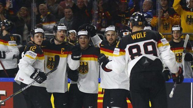 Němec David Wolf se raduje se spoluhráči v utkání se Slováky.