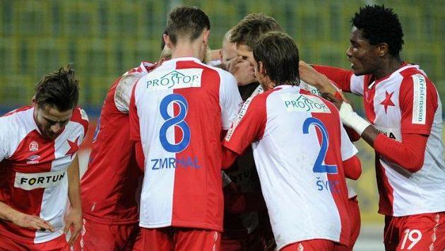 Fotbalisté Slavie se radují z gólu v Teplicích.