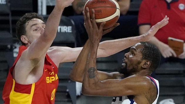 Kevin Durant (vpravo) střílí na koš v zápase se Španělskem