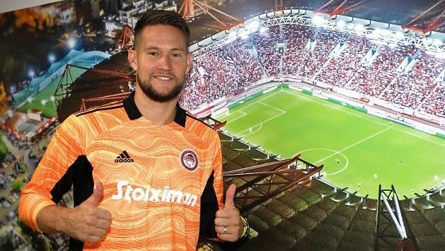 Tomáš Vaclík po podpisu smlouvy s Olympiakosem.