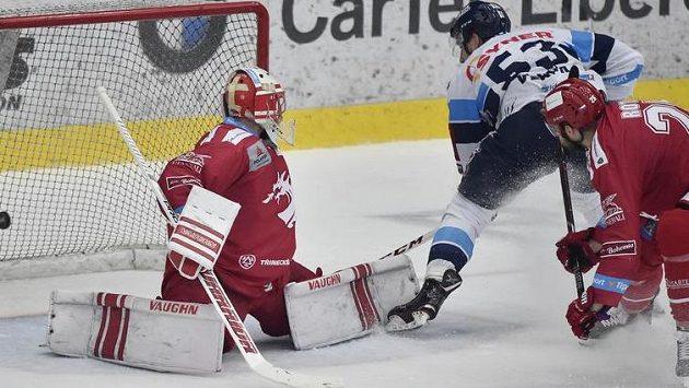Jaroslav Vlach z Liberce střílí gól. Vlevo je brankář Třince Šimon Hrubec.