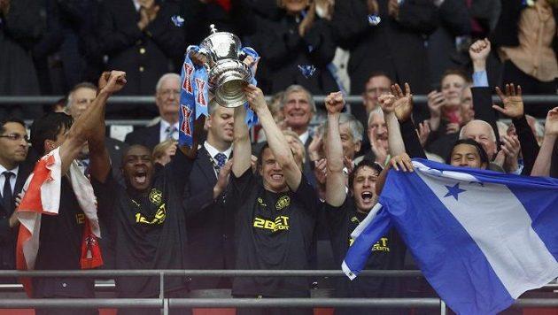 Emmerson Boyce (uprostřed vlevo) and Gary Caldwell (uprostřed vpravo) z Wiganu se radují z prvenství v FA Cupu.
