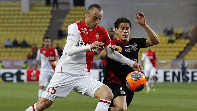Slavný Dimitar Berbatov (vlevo) v souboji s Dorianem Levequem z Guingampu pomáhal v minulé sezóně Monaku.