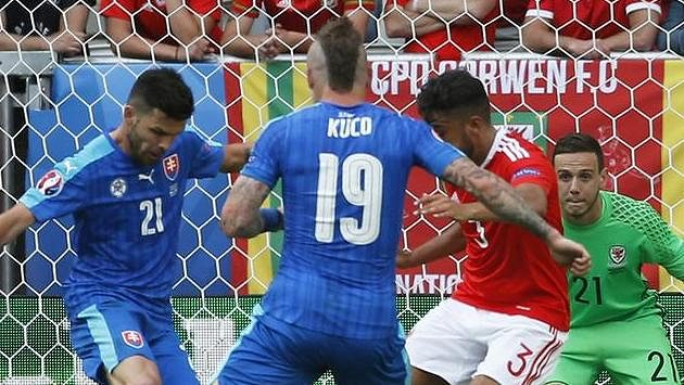 Juraj Kucka alias Kuco sleduje souboj Michala Ďuriše s obranou Walesu.