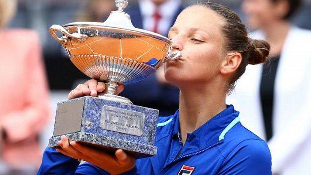 Karolína Plíšková s vítěznou trofejí za triumf na turnaji v Římě