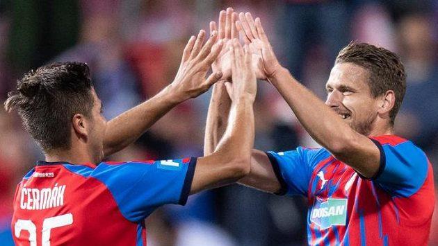 Fotbalisté Plzně Aleš Čermák a Jan Kovařík oslavují gól proti Olomouci.