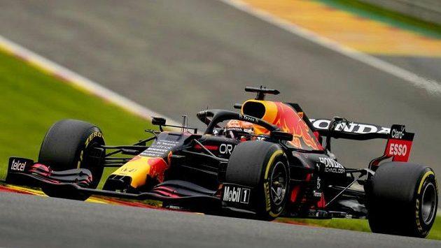 Jezdec Red Bullu Max Verstappen projíždí zatáčkou během tréninku na Velkou cenu Belgie.