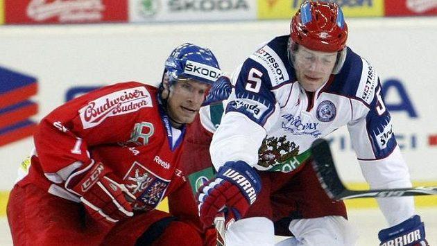 Ilja Nikulin z Ruska (vpravo) v souboji s útočníkem české hokejové reprezentace Petrem Průchou na snímku z roku 2011.