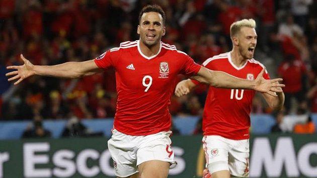 Hal Robson-Kanu (č. 9) oslavuje vítězný gól Walesu ve čtvrtfinále ME proti Belgii.