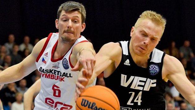 Zleva Pavel Pumprla z Nymburka a Kristaps Mediss z Rigy.