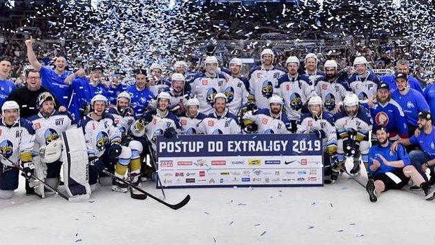 Hráči Kladna oslavují postup do extraligy, který si zajistili už v předchozím zápase v Českých Budějovicích.