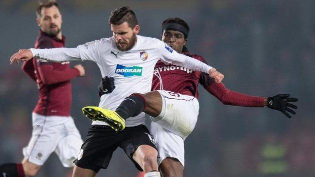 Plzeňský útočník Michal Ďuriš (v bílém dresu) v souboji se sparťanským obráncem Costou.