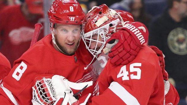 Útočník Detroitu Justin Abdelkader a brankář Jonathan Bernier se radují. Red Wings uťali v Buffalu černou sérii porážek.