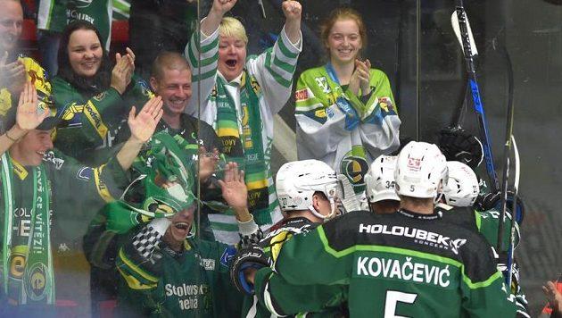 Karlovarští hráči se radují z gólu spolu s fanoušky v barážovém utkání s Kladnem.