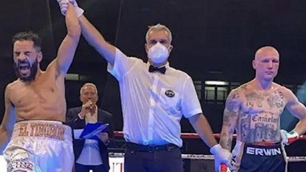 Italský boxer Michele Broili (vpravo) má pozastavenou činnost kvůli nacistickému tetování na hrudi.